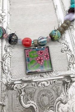 collier mi-long Agata détail du médaillon