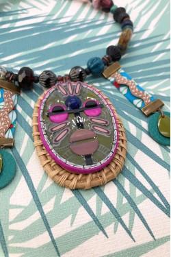 collier mi long Annakiya avec détail du masque africain