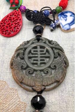 détail pièce de jade du collier
