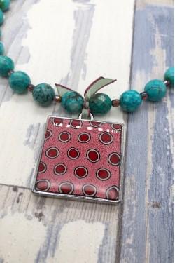 détail médaillon collier tribal